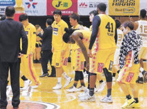 金沢戦に敗れて肩を落とす仙台の選手=11月19日、カメイアリーナ仙台