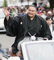 出身地の富山市で行われた凱旋パレードで車上から沿道の人たちに手を振る朝乃山関=16日午後