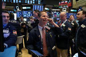 ニューヨーク証券取引所のトレーダーたち=17日(ロイター=共同)