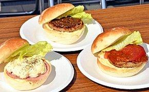 新作国見バーガーの(左から)ポテトサラダ、麹なんばん味噌、ホット・チリ