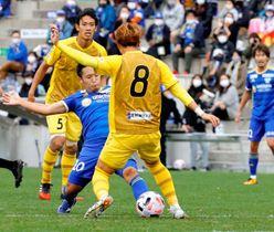 【FC今治―福島】後半、中盤で厳しいマークを受けるFC今治・岡山(中央)=夢スタ