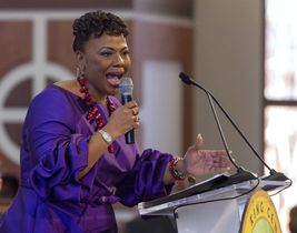 15日、米アトランタの教会で信者らに訴えるバーニス・キング牧師(アトランタ・ジャーナル・コンスティチューション紙提供・AP=共同)