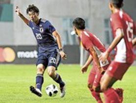 日本―ネパール 前半、ゴール前にボールを送る立田(左)=ジャカルタ近郊(静岡新聞社臨時支局・宮崎隆男)