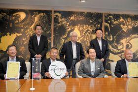 オリーブ飼料の製造特許取得を浜田知事に報告した石井さん(前列左から2人目)ら=県庁