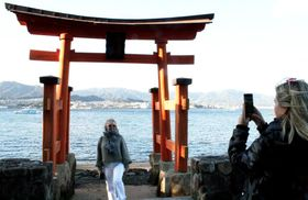 厳島神社の大鳥居に「そっくり」として、外国人観光客に人気が出ている長浜神社の鳥居