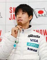 フリースタイルスキー平昌冬季五輪代表に選ばれ、記者会見する男子モーグルの堀島行真=22日午後、羽田空港