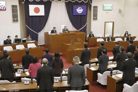米軍ヘリコプターの窓落下事故に対し、抗議決議案を可決した沖縄県宜野湾市議会=15日午前