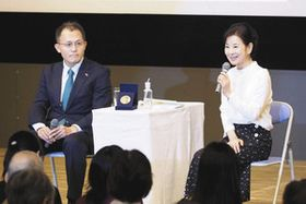 俳優の吉永小百合さん(右)が千代田区で開かれたイベントで、核兵器廃絶国際キャンペーン(ICAN)の川崎哲・国際運営委員と対談。核兵器禁止条約を「何とか批准して」と日本政府に求めた=24日、水本俊也氏撮影、主催者提供