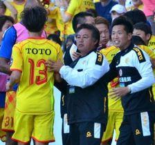 16日のYS横浜戦で、試合中に選手をねぎらう北九州の森下監督(前列右から2人目)