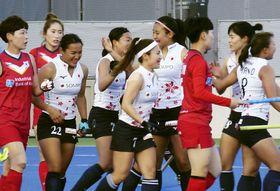 韓国との強化試合でチーム2点目のゴールを決め、喜ぶFW河村(左から3人目)らホッケー女子日本代表=大阪府茨木市