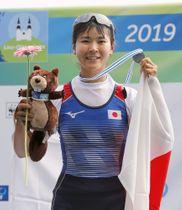 ボート世界選手権の女子軽量級シングルスカルで、銀メダルを獲得し笑顔の冨田千愛=リンツ(共同)