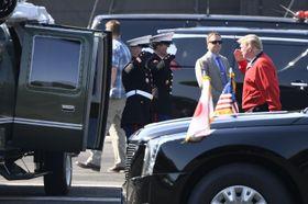 ゴルフ場に向かうため、都心部の米陸軍基地「赤坂プレスセンター」で、ヘリコプターに乗り込むトランプ米大統領(右端)=26日午前8時20分
