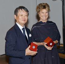 「イサム・ノグチ賞」を受賞した深沢直人氏(左)とエドウィナ・ボンガル氏=22日、ニューヨーク(共同)
