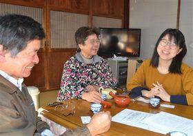 休日に里親の望月哲郎さん(左)、文代さん(中央)夫妻と自宅でくつろぐ小林美奈子さん=2017年12月中旬、静岡市清水区