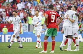 モロッコに勝利し、喜ぶポルトガルの(左から)ペペ、ロナルドら=モスクワ(共同)