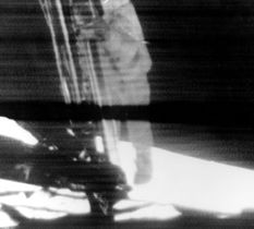 人類で初めて月面に踏み出すアームストロング船長のテレビ中継画像(中央の黒い横線は画像の乱れです)(NASA提供・共同)