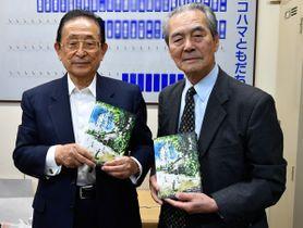 執筆した田代昌史さん(右)ら=ヨコハマともだち会事務室