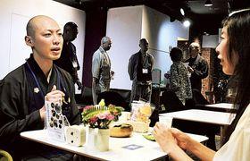 来場者の話を傾聴する僧侶=静岡市葵区の静岡駅前会議室LINK