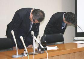 記者会見し謝罪する島根大病院の井川幹夫病院長(左)ら=13日午後、島根県出雲市