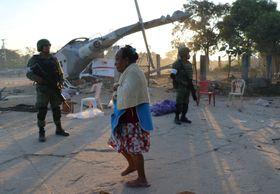 17日、メキシコ・オアハカ州で軍ヘリコプターが着陸に失敗した現場(ロイター=共同)