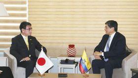 エクアドルのバレンシア外相(右)と会談する河野外相=13日、キト(共同)