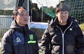 青森山田の黒田監督(左)の元を訪れエールを送る下平さん=11日、横浜市