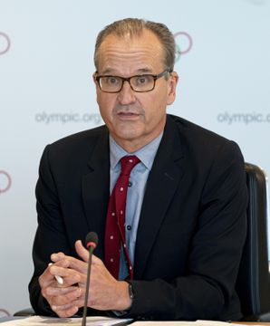 IOC理事会を終え、記者会見するアダムス広報部長=12日、スイス・ローザンヌ(IOC提供・共同)