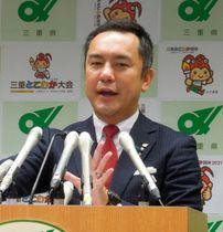 【定例記者会見で、進退への明言を避ける鈴木知事=8日、三重県庁で】