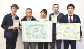 【まち歩きマップ「地元のえーもんみっけ!わくわくマップinわたらい」を紹介する関係者ら=度会町役場で】