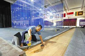 17日、ジャカルタで、アジア大会開幕を翌日に控え、急ピッチで床張りなど設営が進められるスカッシュ決勝の会場=榎戸直樹撮影