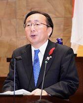 県議会で提案理由を説明する三村知事=21日午前