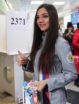 18日、モスクワ市内の投票所でロシア大統領選の1票を投じたエフゲニア・メドベージェワ選手(タス=共同)