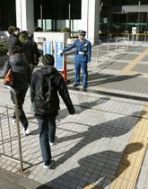 障害者を対象とした初の国家公務員試験の会場に向かう受験者ら=2月