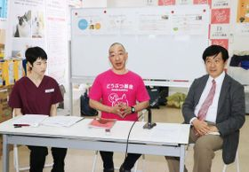 鹿児島県・奄美大島で記者会見する「どうぶつ基金」の関係者=15日午後