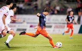 【愛媛FC―大宮】試合終了間際、愛媛FC・西田が左足でゴールを決め、5―1とする=ニンスタ