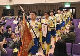 大きな拍手に迎えられて入場する上田西高サッカー部の選手たち