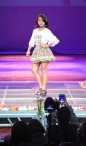 15日、マニラで開催されたファッションショーで、ポーズを決める女の子(共同)