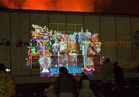 山車小屋の壁面に投影されたプロジェクションマッピング=18日、八戸市