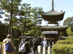 近衛天皇陵に立ち入る研究者ら=21日、京都市伏見区
