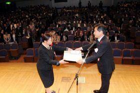 佐藤副知事(右)から表彰される社会福祉関係者