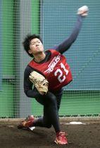 新人合同練習で投球練習する楽天・早川=仙台市