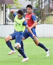 鳥取戦に向けて試合形式の練習で連係を確認する秋田の選手たち=あきぎんスタジアム