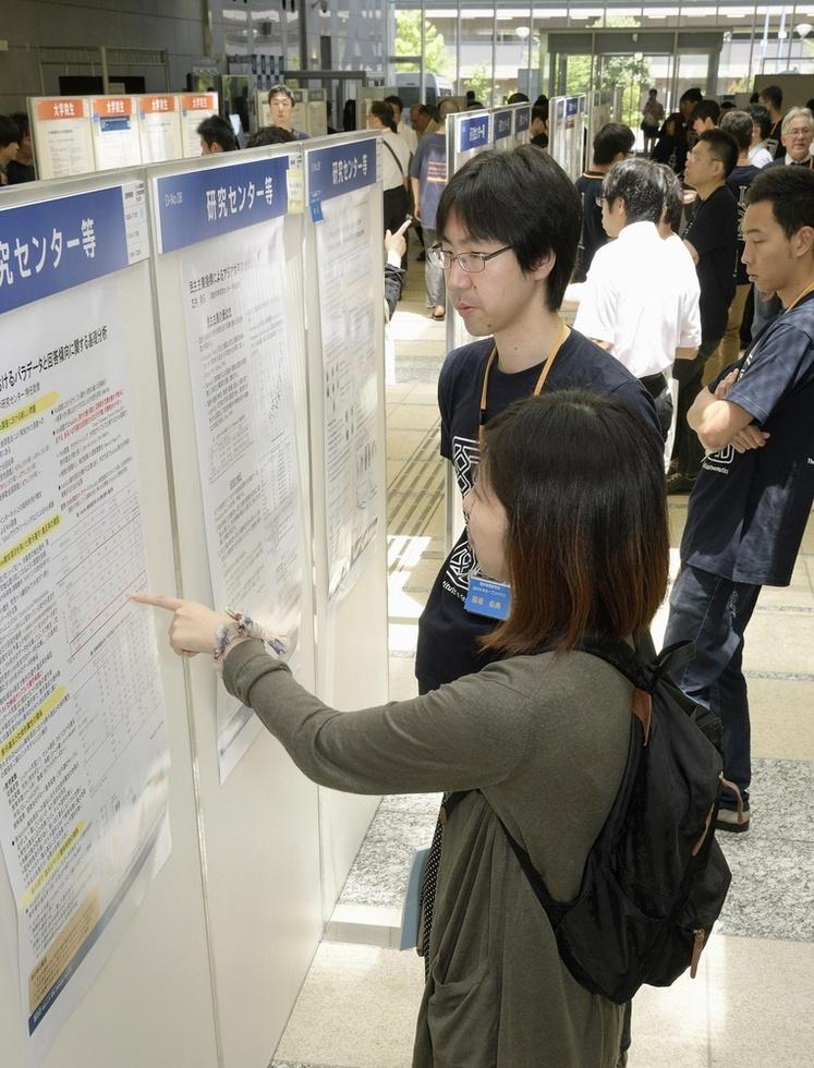 統計数理研究所の公開日。学生や一般からの相談でにぎわう=東京都立川市(撮影・萩原達也)