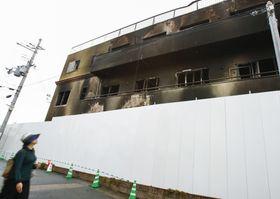 「京都アニメーション」第1スタジオ前に設置されたフェンス=22日午後、京都市伏見区