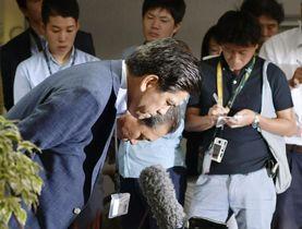 誤審問題について記者会見し頭を下げる友寄正人審判長(手前左)ら=23日、ほっともっと神戸