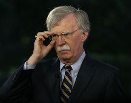 ホワイトハウスでテレビ番組の出演に応じるボルトン米大統領補佐官=9日(ゲッティ=共同)
