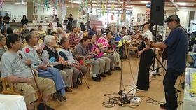 高齢者施設で演奏する川田さん(右)=福島県須賀川市(川田さん提供)