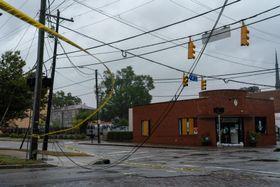 大型ハリケーン「フローレンス」の接近に伴い落下した電線=13日、米南部ノースカロライナ州(UPI=共同)