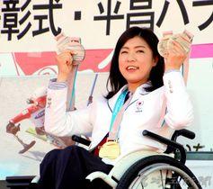 獲得したメダルを手に笑顔を見せる村岡桃佳選手=23日午後、深谷市役所