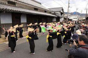 旧脇本陣前で踊りを披露する着物姿の女性たち
